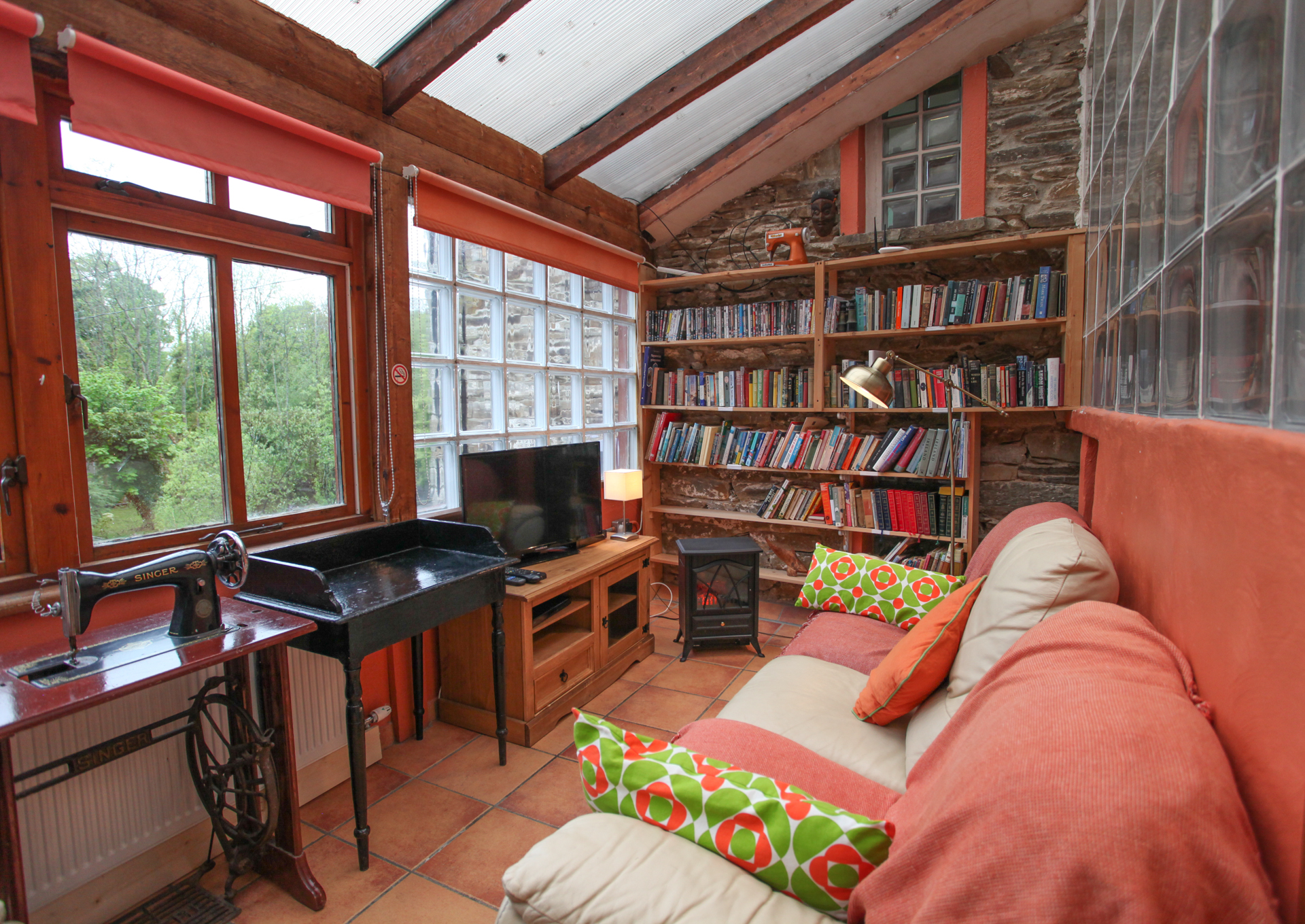Moville Boutique Hostel - Library